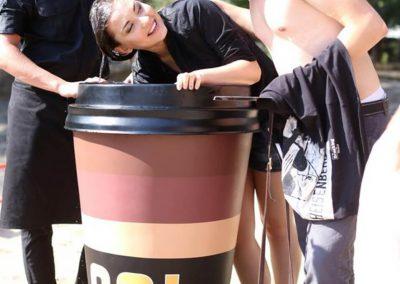 3-D-Figur-Plastik-Aufsteller-Werbefigur-Kaffee-Becher-Kunst