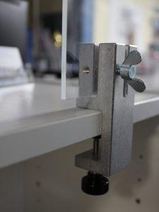 Klemmhalter-Tischhalterung-Unihalter-Eckig-Coronavirus-Acrylglasscheibe