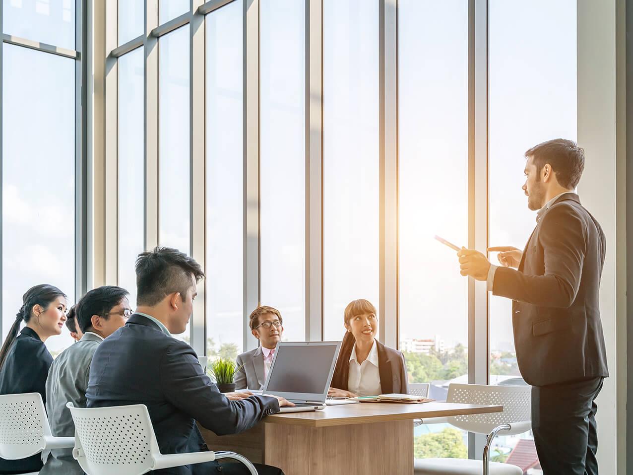 Sichtschutzfolie-weiss-schaltbarer-Blendschutz-Buero-Konferenzraum