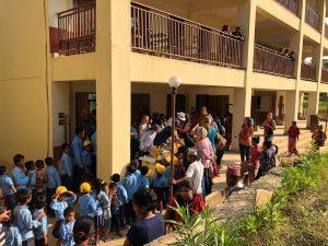 Geschenke-Uebergabe-Kinder-Schule-Nepal