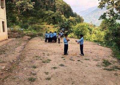 Kinder-Schule-Nepal-Hinterhof