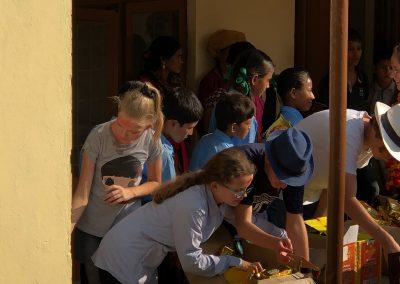 Kinder-teilen-Geschenke-aus-Schule-Nepal