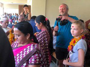 Schulfest-Nepal-Schule-bei-grosser-Hitze