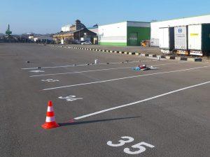 690-Parkplatzmarkierung-LKW-Trailer-Parkplatznummern-malen-beschriften