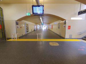 1010-taktile-Bodenleitsysteme-Auffindstreifen-Bahnsteig-Fahrstuhl-Bahnhof