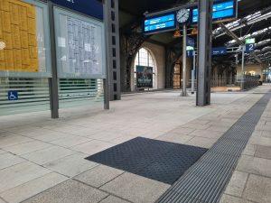 1010-taktile-Bodenleitsysteme-Aufmerksamkeitsfelder-Bahnhof-Neustadt-Dresden