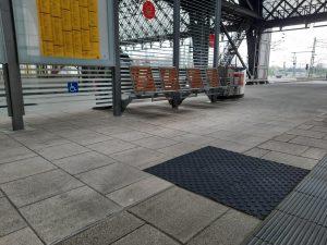 1010-taktile-Bodenplatte-Noppen-schwarz-Wartebereich-Rollstuhlfahrer-Bahnhof-Haltestelle