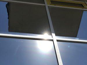 473-Sonnnenschutzfolie-Silber-Mittel-Blendschutz-Hitzeschutz-Gebaeudefenster