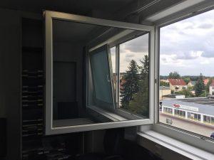 475-Sonnnenschutzfolie-Silber-Mittel-Aussen-Buerogebaeude-Fensterglas
