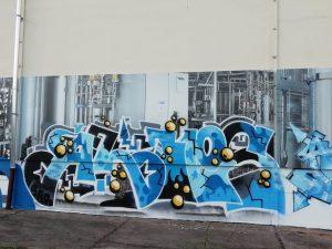 698-Graffiti-Kuenstler-uebermalen-Anlagenbau-Schilder-Hersteller