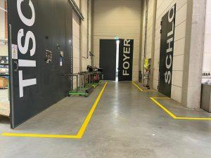 1012-Bodenmarkierung-Hallenmarkierung-Leitlinien-gelb-markieren-spruehen