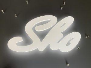 693-Leuchtwerbung-RL-Acrylbuchstaben-schoene-Ausleuchtung-auf-schwarz