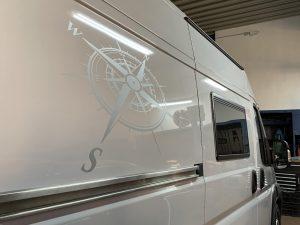 708-Caravan-Reisemobil-Kompass-Grafik-Tattoo-Selbstklebefolie-Klebefolie