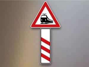 Verkehrsschild-Bahnuebergang-dreistreifiger-Bake-Aufstellung-links-156-20