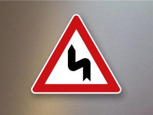 Verkehrsschild-Verkehrszeichen-Gefahrenzeichen-Doppelkurve-zunaechst-links-105-10