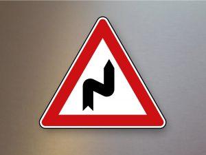 Verkehrsschild-Verkehrszeichen-Gefahrenzeichen-Doppelkurve-zunaechst-rechts-105-20