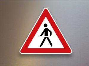 Verkehrsschild-Verkehrszeichen-Gefahrenzeichen-Fuessgaenger-Aufstellung-rechts-133-10