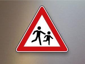 Verkehrsschild-Verkehrszeichen-Gefahrenzeichen-Kinder-Aufstellung-links-136-20