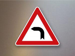 Verkehrsschild-Verkehrszeichen-Gefahrenzeichen-Kurve-links-103-10