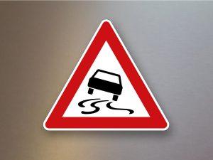Verkehrsschild-Verkehrszeichen-Gefahrenzeichen-Schleuder-oder-Rutschgefahr-114