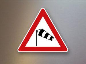 Verkehrsschild-Verkehrszeichen-Gefahrenzeichen-Seitenwind-von-links-117-20
