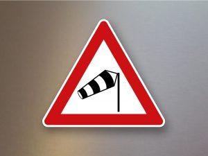 Verkehrsschild-Verkehrszeichen-Gefahrenzeichen-Seitenwind-von-rechts-117-10