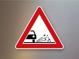 Verkehrsschild-Verkehrszeichen-Gefahrenzeichen-Splitt-Schotter-101-52