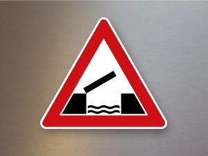 Verkehrsschild-Verkehrszeichen-Gefahrenzeichen-bewegliche-Bruecke-101-55