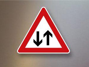Verkehrsschild-Verkehrszeichen-Gefahrenzeichen-Fuessgaenger-Aufstellung-links-133-20