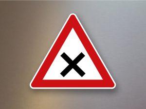 Verkehrsschild-Verkehrszeichen-Gefahrenzeichen-kreuzung-oder-Einmuendung-102